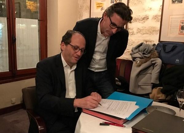 Signature de la convention collective pour le portage salarial par Patrick Levy-Waitz, président d'ITG